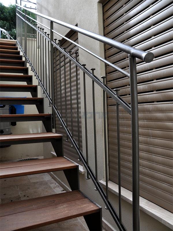 מדרגות חיצוניות עץ וברזל