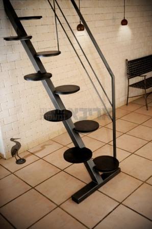 סולם מדרגות ממתכת
